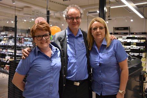 Kirsten Bråten (t.h.), Trond Arne Hanssen og Sylvia Hope Brandsnes har alle tre jobbet ved Vinmonopolet på Sørumsand siden starten for ti år siden. Foto: Trym Helbostad