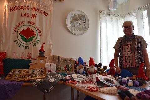Randi Lintho foran noe av håndarbeidet LHL ønsker å selge og lodde ut før jul.