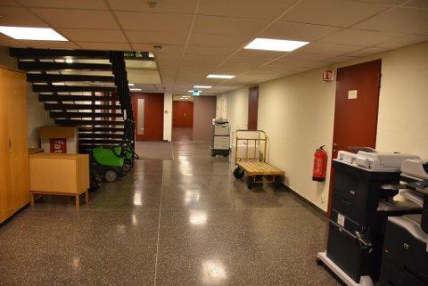 I åpent lende: Her i rådhuskjelleren på Bjørkelangen ble ikke-destruerte harddisker oppbevart i åpent landskap. Foto: Trym Helbostad