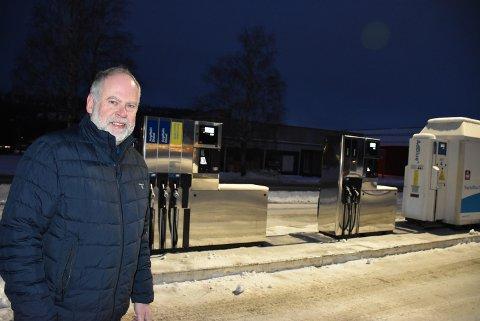 – Vi har fått mange positive tilbakemeldinger allerede, sier Halvor Sveistrup etter at drivstoffanlegget på Bjørkelangen reåpnet denne uken. Bedriften har utvidet anlegget etter en investering i millionklassen. Foto: Trym Helbostad