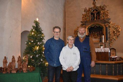 Julaften blir juleevangeliet for første gang lest på Sørum-dialekt, takket være at Odd Roar Stenby (t.h.) og Elin Mørk tok utfordringen fra sokneprest Gunnar Sem Kristiansen. Foto: Trym Helbostad