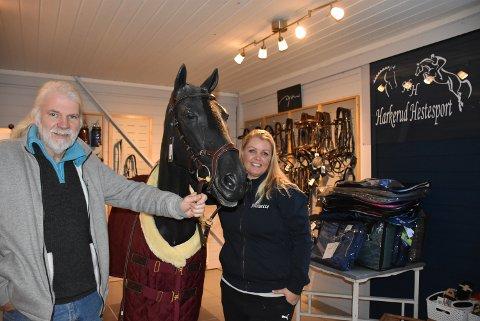 Pål Johnsrud, eier av Harkerud Hestesenter, og Jeanette Lid-Lindahl, driver hver sin butikk og samarbeider godt rundt sin felles interesse. Foto: Trym Helbostad