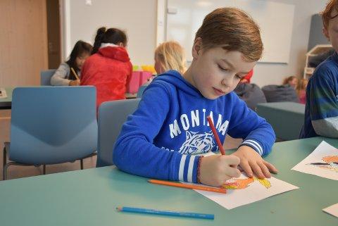 NY TEKNOLOGI: Jonathan Rønaas (8) mener den nye skolen er mye kulere enn den gamle. Spesielt gleder han seg til å se de digitale tavlene i klasserommene.