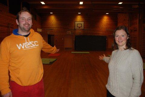PLASS TIL FLERE: Gunnar Foss og Brynhild Askvik ønsker flere medlemmer og enda større aktivitet på Blaker Idrettslags arenaer, som denne – gymsalen på Fjuk skole. Foto: Jon Wiik.