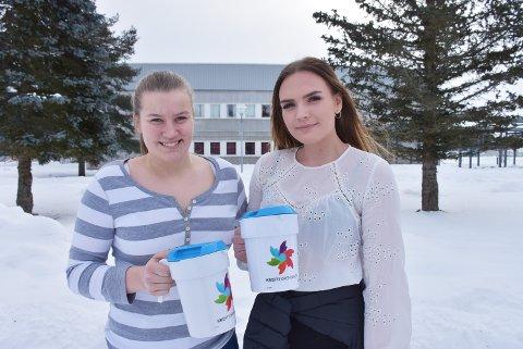 Vil slå rekord: Russepresident Andrine Bergdølmo (t.v.) og Celine Valberg Lyseggen håper å slå skolens innsamlingsrekord.