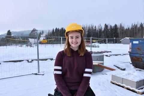 Givende jobb: Vilde Synnøve Frogner er med å bygge det nye BSF klubbhuset sammen med andre elever fra Kjelle videregående skole.