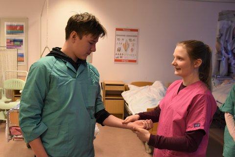 Tar pulsen: Tobias Antonsen fra Bråte skole og Elle Lovise Larsen fra Østersund ungdomsskole får lære å ta pulsen på hverandre.