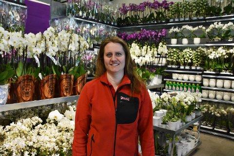 Gleder seg: Butikksjef Cecilie Røste fra Løken ser fram til å ønske kunder velkommen til Plantasjen på Bjørkelangen 22. mars. Foto: Kristine Eid
