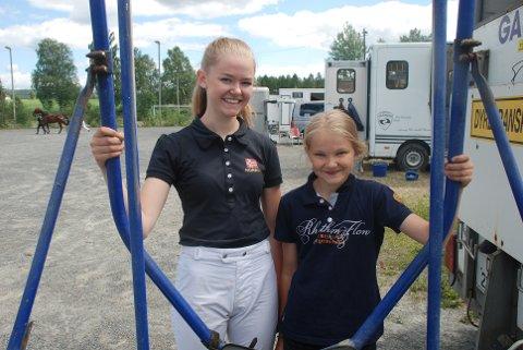 GIVENDE HOBBY: Katrine (til venstre) og Celine Wangen Eilertsen i sitt rette element. Søstrene synes de får mye igjen for sin altoppslukende hobby. Særlig når det går så bra som det gjorde på Bruvollen lørdag. Foto: Jon Wiik