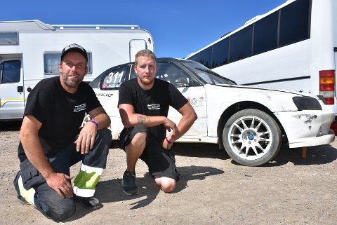 Henning Gran (t.v.) fra Sørum, her sammen med medhjelper Kim Opheim., skal gi jernet med sin Hyundai på Gardermoen i helgen.