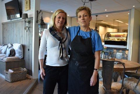 Sissel Bjørklund (t.h.) og Stine Holtet mister jobben når kafeen i Søndrehallen ikke lenger skal holdes åpen på dagtid fra nyttår. Foto: Trym Helbostad