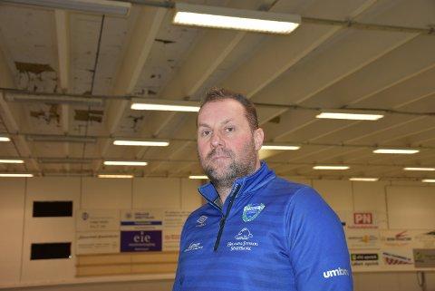 MÅ OPPGRADERE: Daglig leder Bjørn Ottesen i Høland Idretts- og Ungdomslag har planene klare for å modernisere Hølandshallen utvendig og innvendig.
