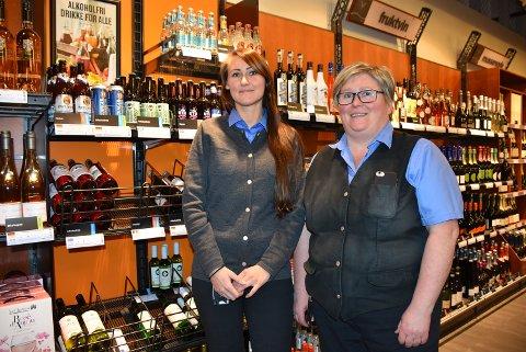 Økt salg av alkoholfrie varer er noe av det som bidro til at June Winsjansen (t.v.), Liv Torhild Lorentzen og øvrige kolleger  ved Vinmonopolet på Bjørkelangen opplevde en omsetningsvekst fra 2017 til 2018. Foto: Trym Helbostad