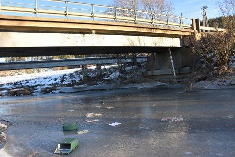 Noen har kastet to postkasser ved Skrepstad bru, som går over Lierelva, sør for Bjørkelangen. Foto: Trym Helbostad