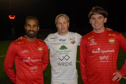 MÅLSCORERE: Sørumsands Saeed Ahmad Rahim (t.v.) og Simen Berg Melby (t.h.), med Aurskog-Hølands målscorer Christian Hauger Helbostad mellom seg.