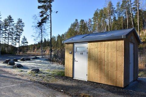 Slik ser det nye toalettet ved badeplassen Røytjern ut. Foto: Trym Helbostad