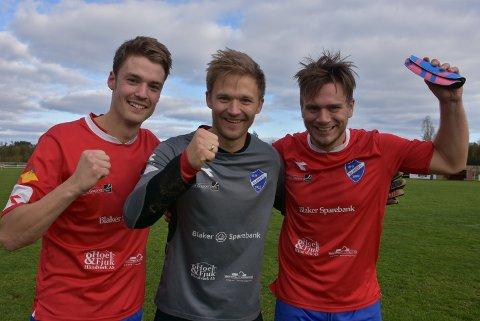 Per-Einar Martila (t.h.), Pål Thoreid og Martin Mathisen kunne juble etter at Blaker slo rivalen Sørumsand på Bruvollen for et år siden. Nå må trioen og alle andre seniorspillere belage seg på seriespill tidligst i 2021. Arkivfoto: Trym Helbostad