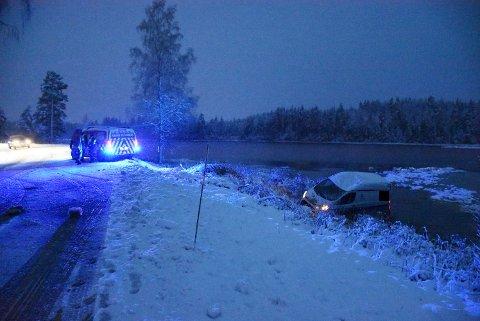 Varebilen havnet i Klubbtjern etter utforkjøringen torsdag ettermiddag. Foto: Trym Helbostad