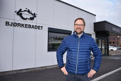 Arbeiderpartiet, her representert ved Roger Evjen, og Kristelig folkeparti vil tilføre Bjørkebadet 3,1 millioner kroner til driften i 2020. Foto: Trym Helbostad