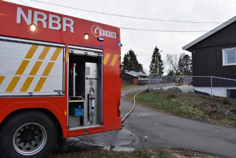 Brannvesen, politi og ambulanse kom raskt til eneboligen i Aurskog. Foto: Trym Helbostad