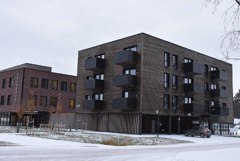 Like ved Helsehuset på Bjørkelangen, ligger det nye omsorgsboliger. Flere av disse står tomme. Foto: Trym Helbostad