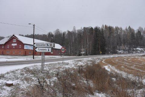 Aurskog-Høland kommune har fått henvendelser om å få på plass autovern i svingen ved Eidsverket på Bjørkelangen. Foto: Trym Helbostad