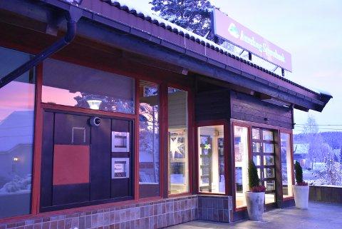 Den døgnåpne minibanken utenfor Aurskog sparebank sin filial på Bjørkelangen er erstattet med en rød plate (til venstre på bildet). Foto: Trym Helbostad