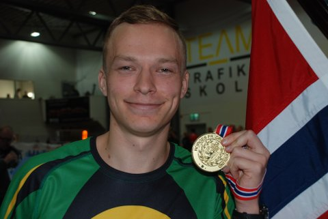 FØRSTE NM-GULL: – Denne medaljen smakte godt, fastslo Markus Einan, som var enda mer fornøyd med å ha klart kravet til innendørs-EM i Glasgow om en måned. Foto: Jon Wiik