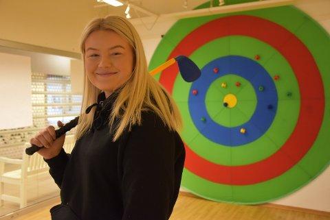 Emma Gadderud Hübenthal er en av tre ungdommer som skal instruere barn og unge som ønsker å spille golf. Foto: Trym Helbostad