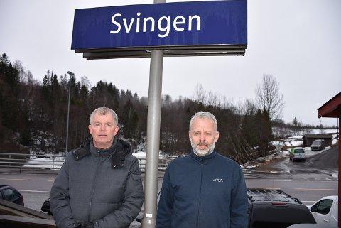 Morten Quille (t.v.) og Thor Ivar Doknæs representerer grunneierne som vil utvide pendlerparkeringen ved Svingen stasjon. Ved å fylle igjen deler av Stintevja, dammen i bakgrunnen, kan det bli plass til 140 parkeringsplasser. Foto: Trym Helbostad
