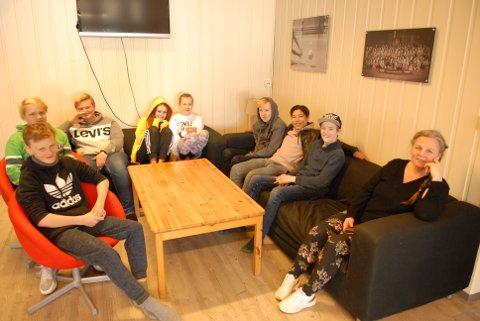 Daglig leder i Sørumsand fritidsklubb Jane Bråten (t.h.) sammen med styremedlemmene Elias Skofteby, (fra høyre), Henrik Yuleimar Andresen, Tobias Halten Løken, Ronja Ødeby, Milla Fredrikke Nyhus, Eskil Nordheim, Emil Hoen og Magnus Hjemly.
