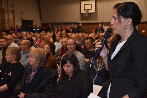 Svarer Skansen: Lene Malnes (med mikrofon) og Trine Borg-Heggedal (sittende) i Foreningen Nei til vindindustri på Setskog.
