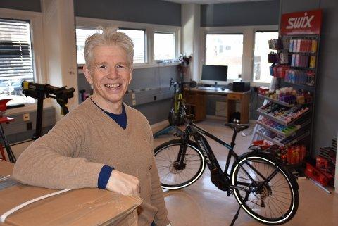 – Dette er en butikk for alle, sier Kjell Gunnar Nyhaug som åpner en forretning hvor han skal selge ski og sykler. Foto: Trym Helbostad