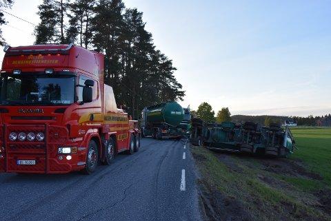 Uhellet skjedde på fylkesvei 230, som går mellom Hjellebøl og Hemnes. Veien blir åpnet igjen i løpet av fredag kveld. Foto: Trym Helbostad