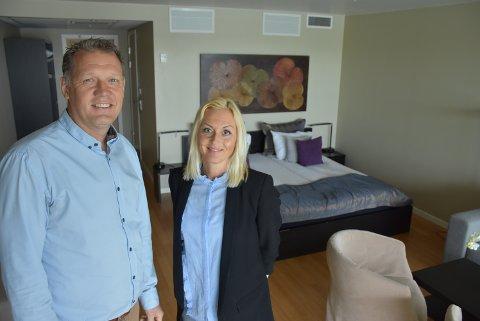 – Alle de 44 hotellrommene og konferanserommene skal oppgraderes, forteller Niclas Norman og May-Therese Kilde Halvorsen ved spahotellet på Rømskog. Foto: Trym Helbostad