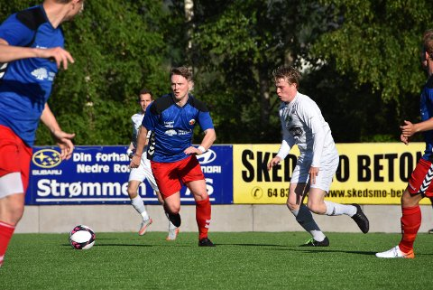 Simen Rustadbakken (t.v.) og Fet IL ble for sterke for Jonas Grahn og Aurskog-Høland FK i lokaloppgjøret på Fedrelandet fredag kveld. Foto: Trym Helbostad