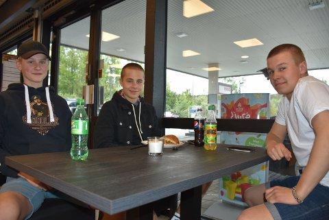 Kompisene Magnus Foss-Haneborg (17) (t.v.) , Niklas Killingmo Iversen (17) og Mads Lillehol (18) tok seg en matbit på nyåpnede Jafs Bjørkelangen. Foto: Trym Helbostad