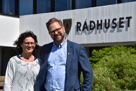 – Vi skal bygge flere omsorgsboliger, sier Turid Dahlum Nilsen og Roger Evjen i Aurskog-Høland Arbeiderparti. Foto: Trym Helbostad