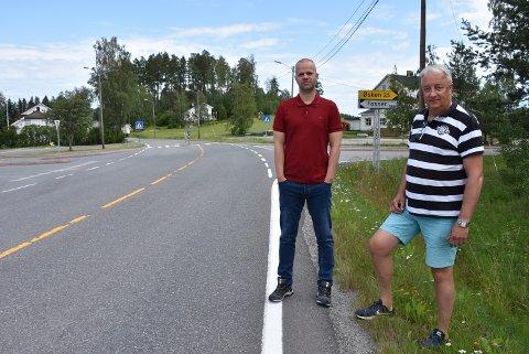 Lokalpolitiker Steinar Ottesen (t.v.) og beboer Jostein Svendsen er enige om at farten gjennom Fosser må reduseres. Foto: Trym Helbostad