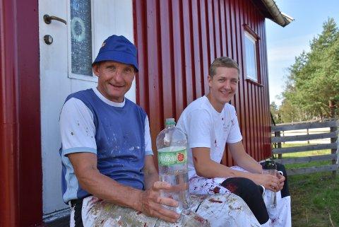 Det blir noen drikkepauser i skyggen for Per Kolstad (t.v.) og Simen Englund Fallet når sola steiker. Foto: Trym Helbostad