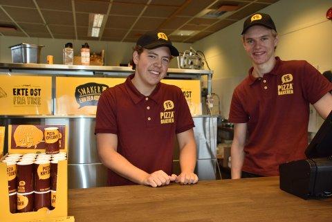 Mikael Kjus (t.v.) og Petter Bjerke har hatt mer enn nok å henge fingrene i etter at Pizzabakeren på Bjørkelangen åpnet. Foto: Trym Helbostad
