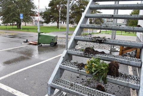 Elever og ansatte ved Bjørkelangen videregående skole ble møtt av dette synet tirsdag morgen.