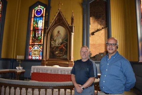 Kirkeverge Jan Boutera (t.h), her sammen med kirketjener Roy Holmedal, venter fortsatt på nytt vindu ved sakristiet i Aurskog kirke. Arkivfoto: Trym Helbostad