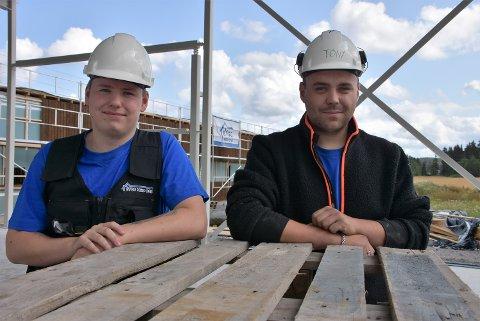 Tony Haug (t.h.) og Jaran Bolstad er begge glade for å ha fått lærlingplass i Bygg med oss og håper å få fast jobb etterhvert. Begge foto: Trym Helbostad