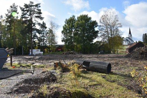 Den gamle barnehagen er jevnet med jorda. Før nye Løken barnehage kan bygges må grunnen stabiliseres med pæler, noe som medfører millionkostnad for kommunen. Foto: Trym Helbostad
