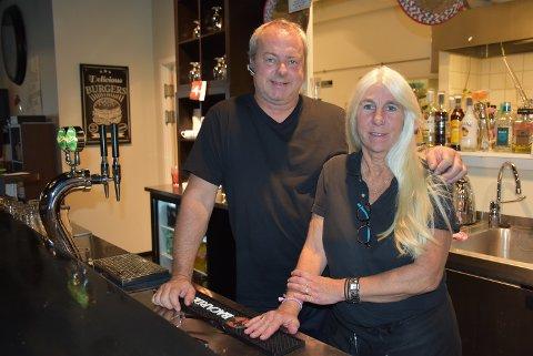 Ekteparet Axel Borsheim og Ann Kristin Holtet driver restauranten 4YOU på Bjørkelangen. Nå tar de noen grep for å øke omsetningen. Begge foto: Trym Helbostad