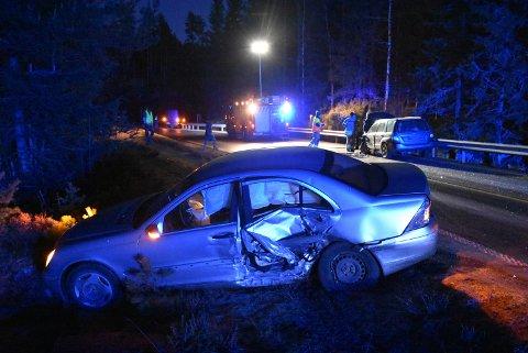En Mercedes var nær ved å havne i et tjern etter en kollisjon på fylkesvei 21 søndag ettermiddag. Foto: Trym Helbostad