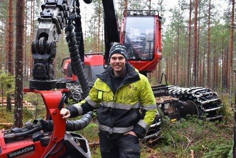 – Vi har klart å snu oss om og funnet nye oppdrag som vi kan utføre i påvente av minusgrader, sier Marius Heggedal, sjef for skogdriften i firmaet HF Anlegg og Skog AS. Foto: Trym Helbostad