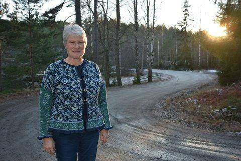 Siri Hidle fra Senterpartiet gleder seg over at det ser ut til å være politisk enighet om ikke å kutte i vedlikeholdsbudsjettet for de kommunale veiene – som denne ved Kolstadfoss i Setskog. Foto: Trym Helbostad
