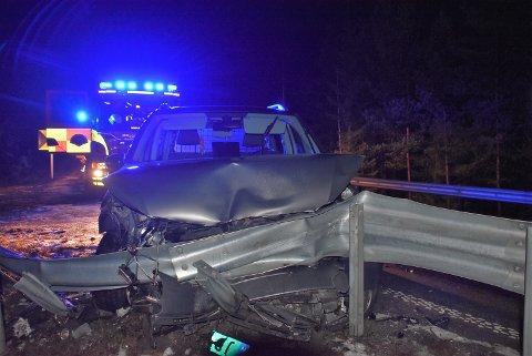 Det oppsto store materielle skader på denne bilen som kjørte i autovernet mellom Bjørkelangen og Setskog lørdag kveld. Foto: Trym Helbostad